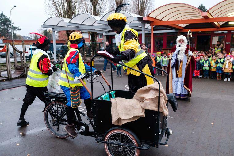 Sinterklaas en zijn Zwarte Pieten bezoeken basisschool Het Notendopje.