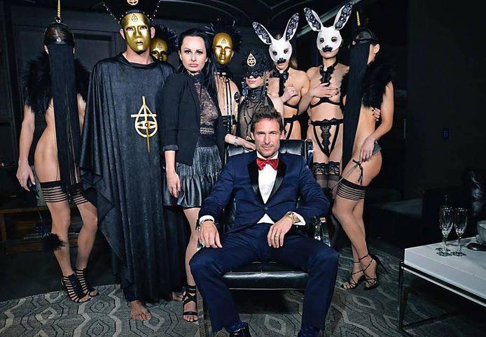 Damon Lawner, de vorige eigenaar van de seksclub, staat centraal op de foto.