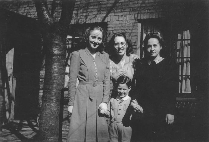 Miel Andriesse en de zussen Riek, Tony en Elly Verhees.