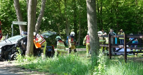 Brandweer bevrijdt gewonde vrouw uit auto na ongeval in Dedemsvaart.