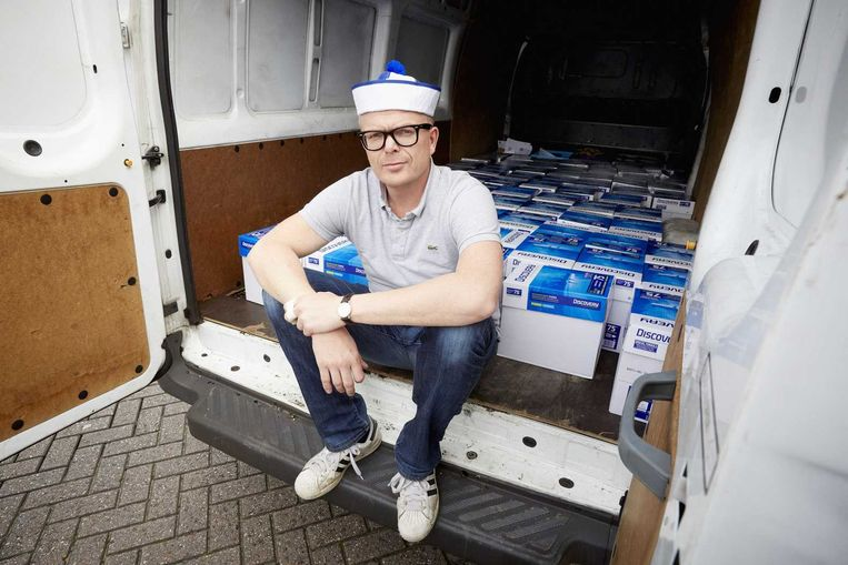 Jan Roos brengt 440 duizend handtekeningen naar de Kiesraad in Heerlen. Beeld anp