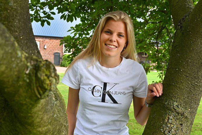Eef Kerkhof bij haar ouders in de tuin.