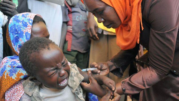 Kinderen worden ingeënt tegen gele koorts.
