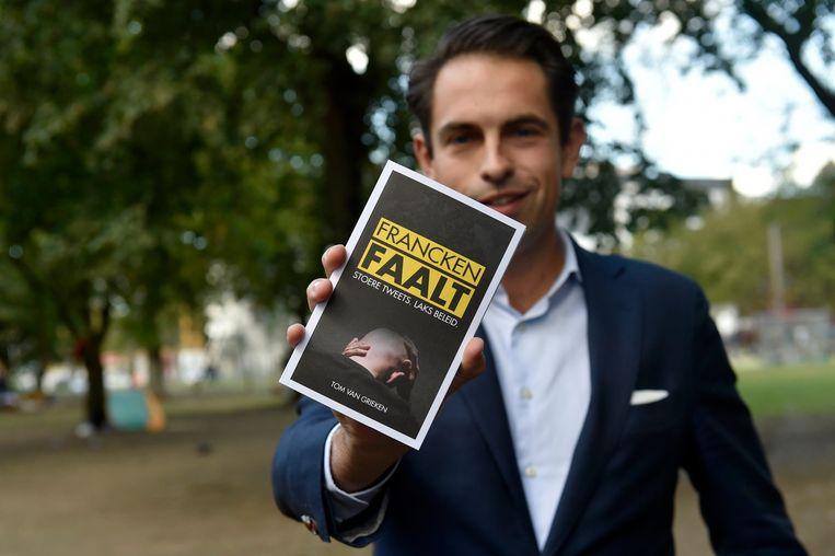 Tom Van Grieken met zijn boek 'Francken faalt' bij de boekpresentatie in het Brusselse Maximiliaanpark.