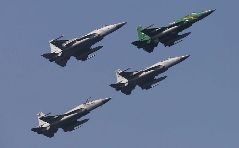 Pakistaanse JF-17 Thunder-gevechtsjagers tijdens een oefening boven de Arabische Zee.   Beeld EPA