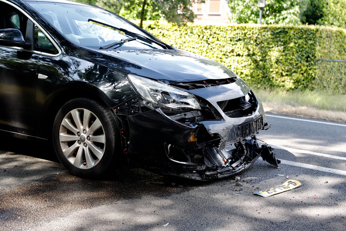 Eén van de auto's die bij het ongeluk betrokken was.