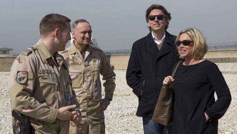 Minister Bert Koenders (Buitenlandse Zaken - 2,r) Buitenlandse Zaken, minister Jeanine Hennis (Defensie, r) en Tom Middendorp (2,l) in Afghanistan. Beeld anp