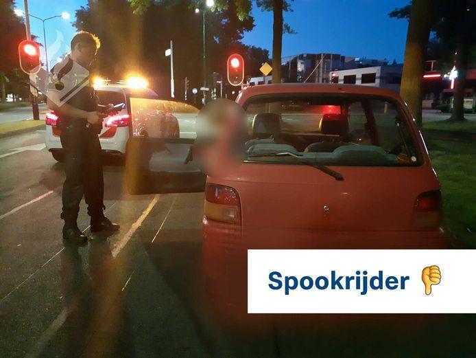 Agenten zetten in Veenendaal een bestuurster (45) langs de weg die even daarvoor aan het spookrijden was over de A12 bij Veenendaal.