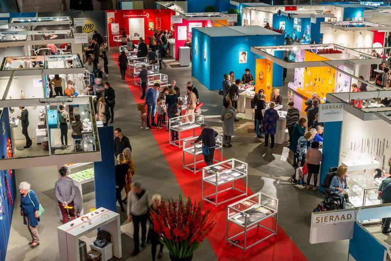 Op de Sieraad Art Fair zijn de kunstwerken van meer dan 170 sieraadontwerpers te zien en te koop. Beeld Arjen Veldt