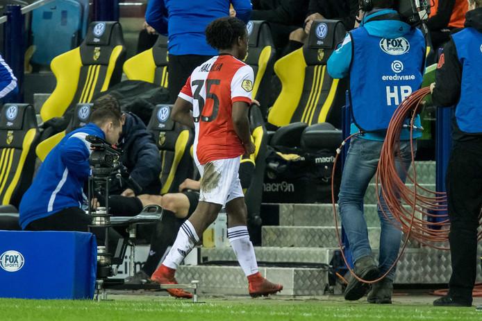 Het leed voor Feyenoord wordt nog erger. Tyrell Malacia kan met rood vertrekken, nadat de back de doorgebroken Roy Beerens heeft gevloerd. De Rotterdamse club staat nog maar met negen man op het veld.