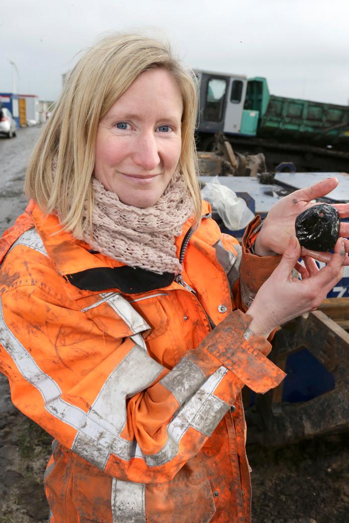 Archeologe Helle Molthof toont het sieraad van de Swifterbantcultuur
