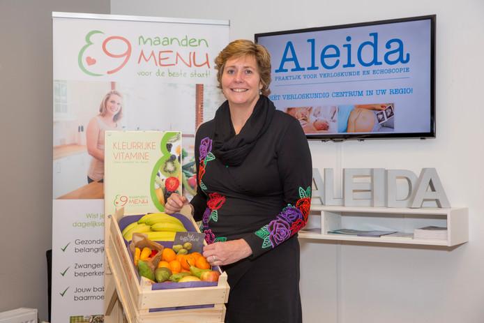 Linda Rentes toont trots een fruitbox, die bij de verloskundigepraktijk Aleida staat.