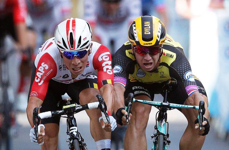 Dylan Groenewegen (rechts) en Caleb Ewan komen schouder aan schouder over de streep maar de Australiër duwt zijn wiel een paar centimeter eerder over de streep.  Beeld EPA