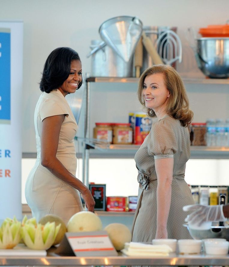 Valerie Trierweiler met de Amerikaanse presidentsvrouw Michelle Obama. Beeld afp
