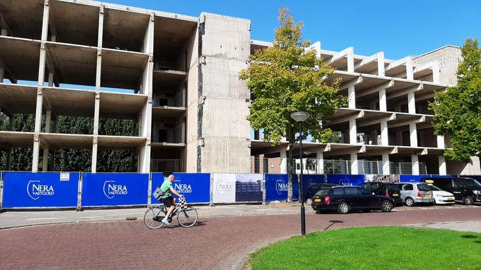 Het voormalige UWV-kantoor is tot op het betonnen casco gestript. Nera wil hier 31 appartementen in bouwen.