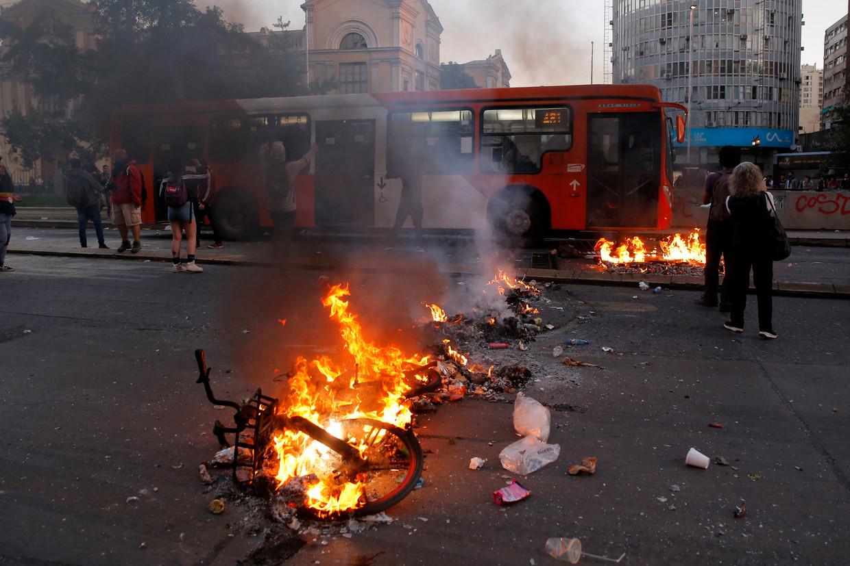 In Chili wordt gedemonstreerd tegen de prijsverhoging van metrokaartjes.