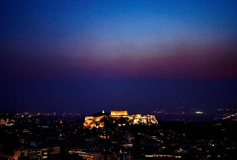 De rook is zelfs zichtbaar tot in Athene.