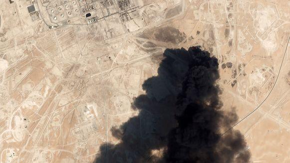 De aanval van gisteren viseerde twee installaties van de staatsoliereus in de oostelijke provincie Bugya. Het ging om de installaties van Abqaiq en Khurais. Het was de grootste aanval op de olie-infrastructuur van Saudi-Arabië tijdens het huidige conflict in Jemen.