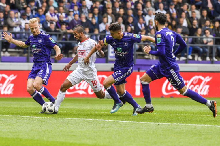 Tegen Standard werd de Anderlechtdefensie drie keer verschalkt. Hier proberen Deschacht, Dendoncker en Sa Mehdi Carcela af te stoppen.
