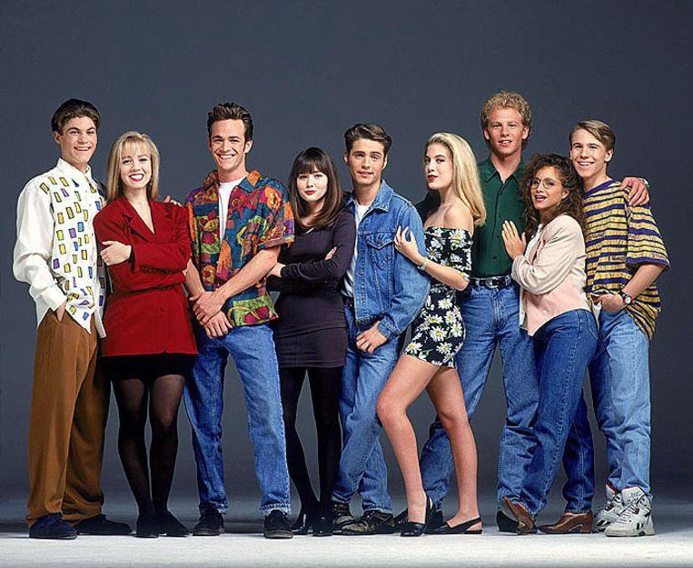 Jennie (tweede van links) en Tori (vierde van rechts) met de rest van de cast van de originele 'Beverly Hills 90210'.
