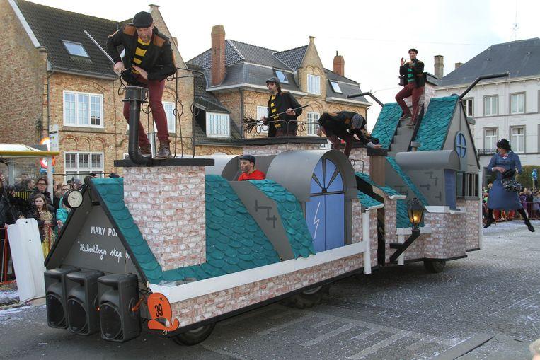 De Hubertboys bouwden een praalwagen rond Mary Poppins.