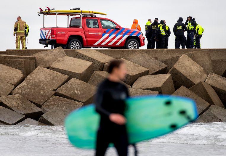 Hulpdiensten en SAR Nederland bij het Noordelijk Havenhoofd. SAR Nederland voerde een grote zoektocht uit naar de vermiste vijfde surfer. Beeld ANP