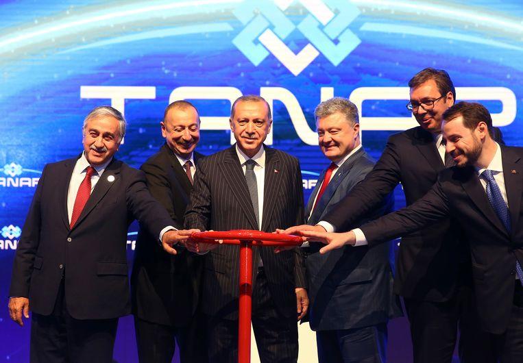 De Turkse president Recep Tayyip Erdogan heeft gisteren samen met onder meer de presidenten van Azerbeidzjan, Oekraïne en Georgië een pijplijn geopend die gas uit de Kaspische Zee naar Turkije brengt. Beeld AP