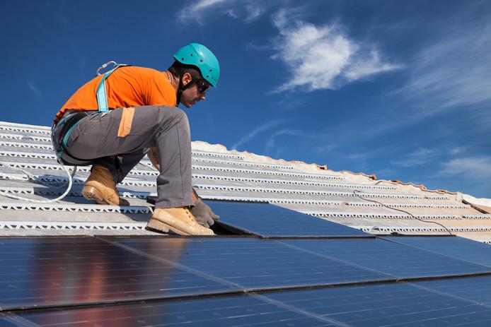 De plaatsing van zonnepanelen bespaart circa 4000 ton aan CO2.