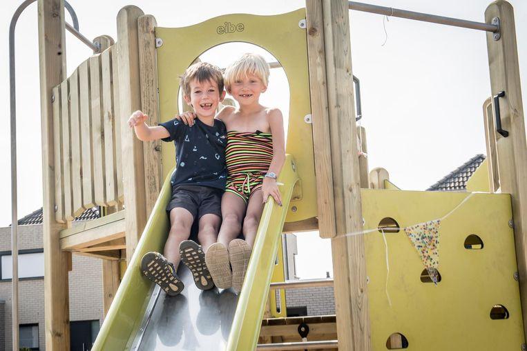 Kinderen leven zich uit op het nieuwe speelpleintje in de Maria Yssersstraat.
