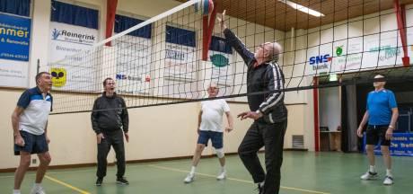 Senioren in Almelo gaan stramme spieren te lijf: 'Ik vind het beregezellig'