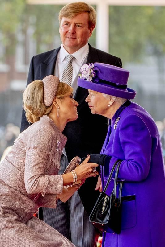 Koning Willem Alexander en koningin Maxima worden ontvangen door koningin Elizabeth.