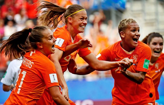 Lieke Martens juicht met Anouk Dekker en Shanice van der Zanden na de 1-0.