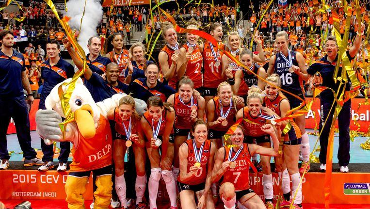 De Nederlandse volleybalsters met de zilveren medaille tijdens de finale van het EK volleybal. Beeld anp