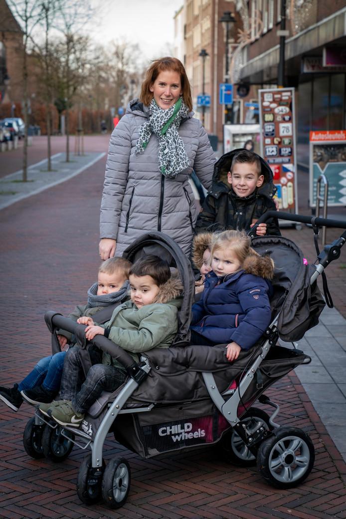 Linda Jansen met zoon Sam en oppaskindjes.