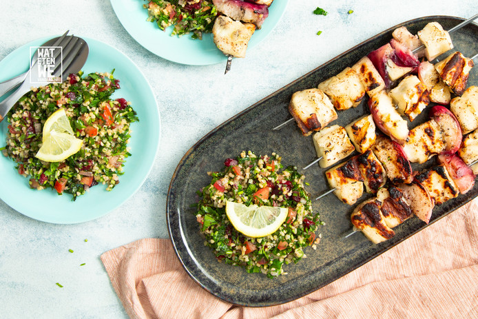 Halloumi-spiesjes van de barbecue met tabouleh