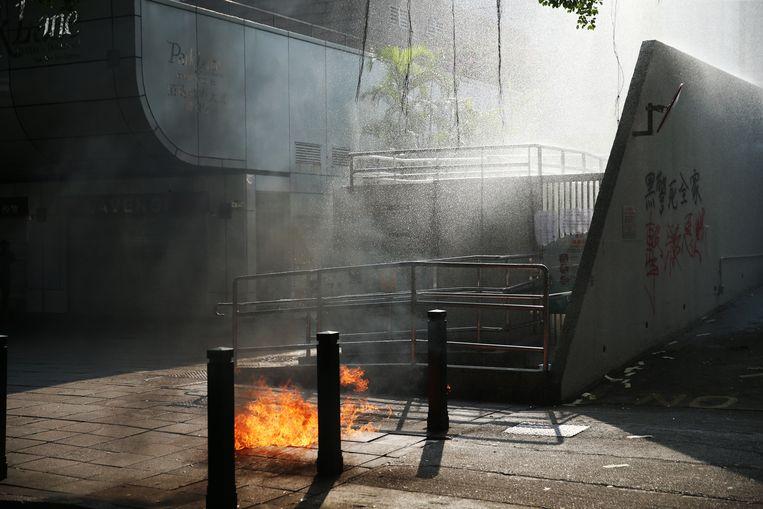 Tal van demonstranten vernielden de ingang van metrostations en Chinese banken.