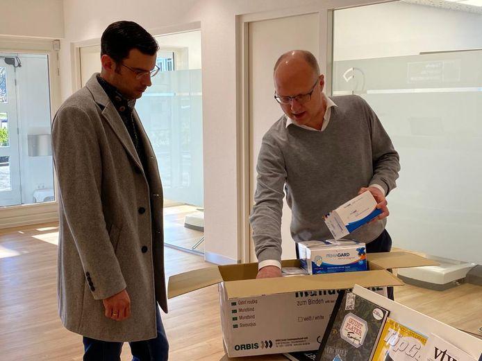 Wethouder Thijs van Kessel krijgt mondkapjes van tandarts Leempoel
