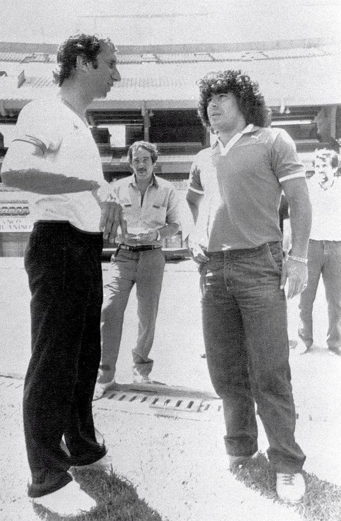 Diego Armando Maradona naast bondscoach Carlos Salvador Bilardo (1983)