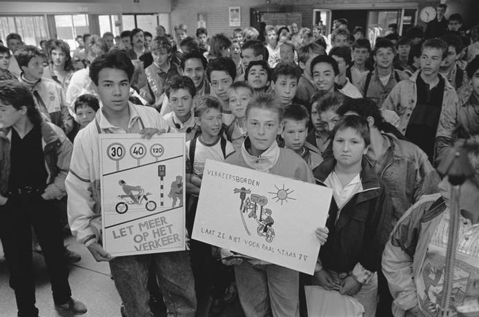 Een verkeersproject op een school in West-Brabant levert twee winnaars op. Zij poseren met hun tekening voor fotograaf Ben Steffen. Dat gebeurde in 1988. Om 10.30 uur.