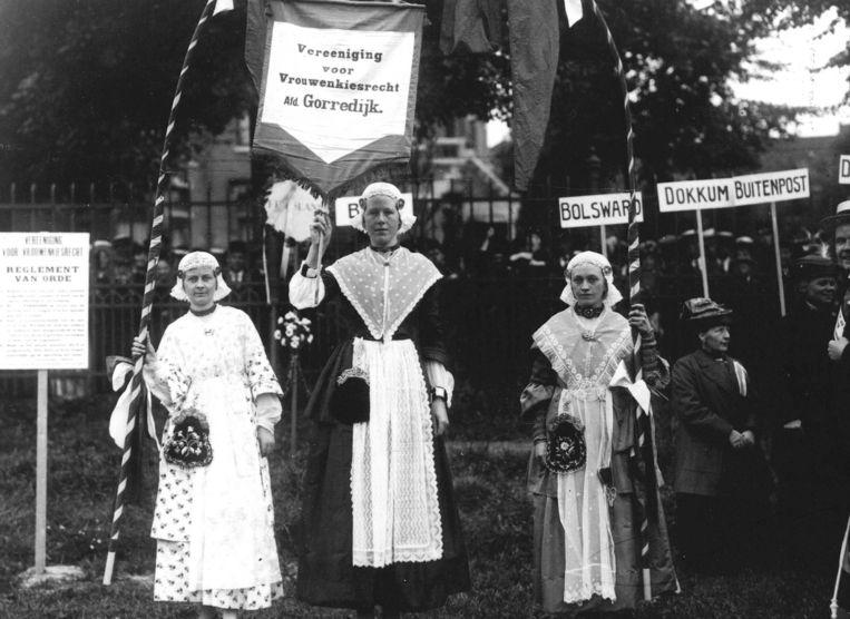 Vereeniging voor Vrouwenkiesrecht, afdeling Gorredijk tijdens een demonstratie. Beeld  ANP