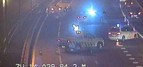 Ambulancechauffeur Berry zet snelweg af na lekke band, vlak erachter botsen vier auto's op elkaar