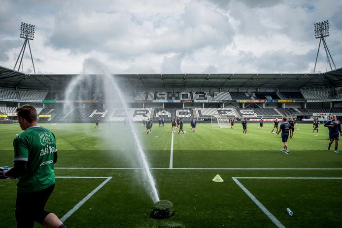 De kunstgrasmat kan de komende jaren 'gewoon' in het Polman Stadion blijven liggen. De onderhandelingen zijn van de baan.
