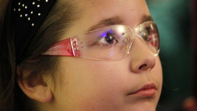 Een meisje draagt een vuurwerkbril bij de opening vorig jaar november van het KinderOOGcentrum, onderdeel van het Oogziekenhuis in Rotterdam.