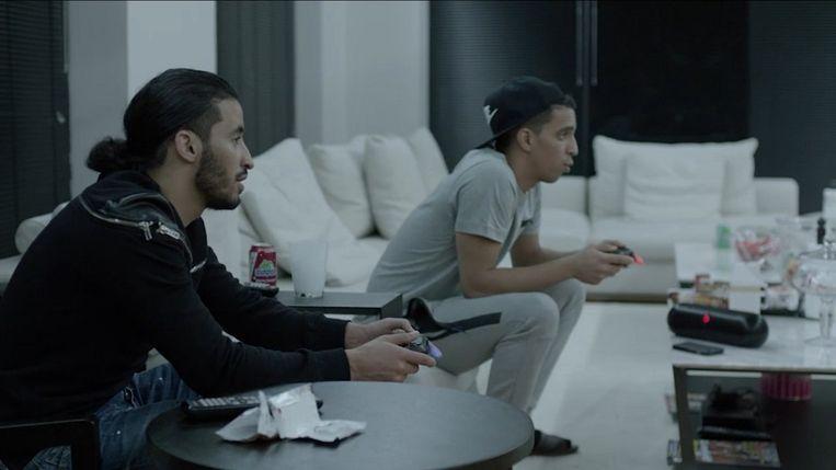 BROER MOUSSI (links) PERSOONLIJK ASSISTENT. Playstation-buddy, bankier en loopjongen: broer Moussi is het allemaal.