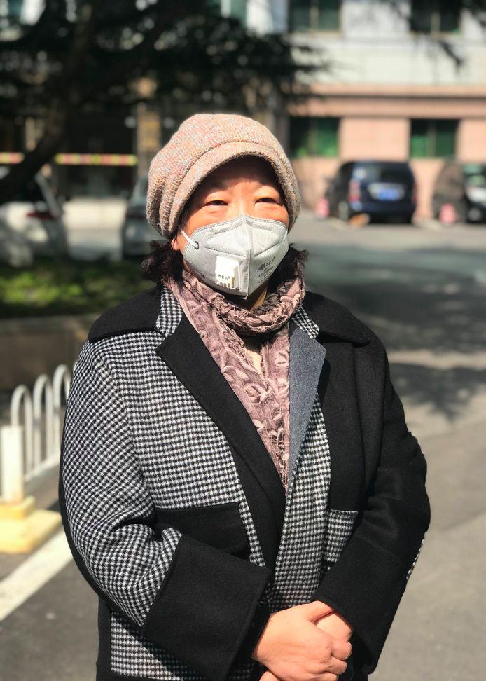 Âgée de 64 ans, issue d'une famille aisée d'intellectuels, Fang Fang est une romancière connue dans son pays. Intégrée au système, elle a remporté le plus prestigieux prix littéraire chinois en 2010.