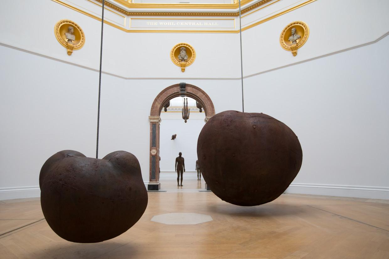 Beeld van Antony Gormley in de Royal Academy. Beeld David Parry