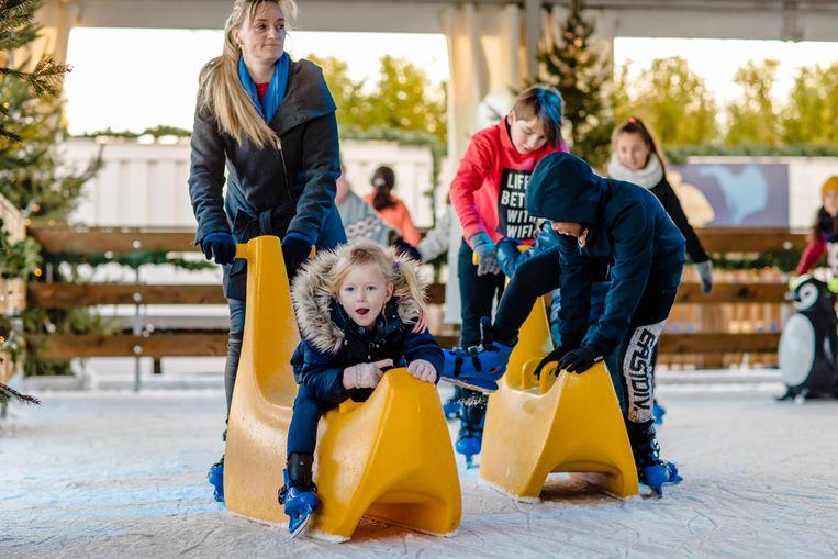 Geen probleem als je nog wat te jong bent om zelf te schaatsen: daar bestaan oplossingen voor.