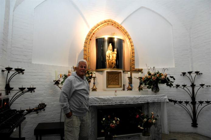 Koster Eric Vacquier Droop bij het originele Mariabeeld in Renkum.