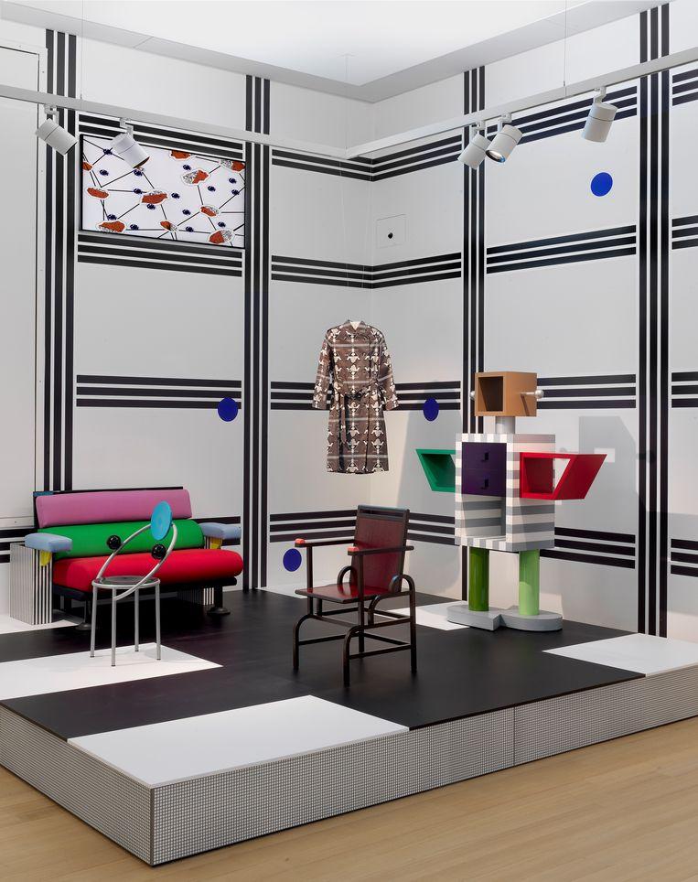 Deel van de presentatie over  postmodernisme en collectief Memphis van Ettore Sottsass, met  bijpassend behang.   Beeld Gert Jan van Rooij