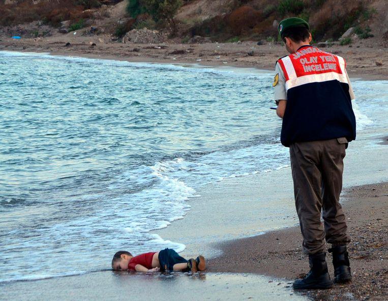 2015: Aylan Kurdi (3), verdronken op de vlucht uit Syrië, is aangespoeld op het Griekse eiland Kos. Beeld AP